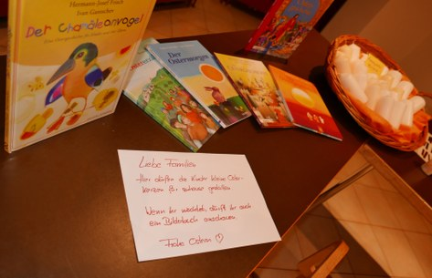 Kinder gestalten ihre Osterkerze