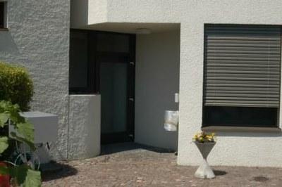 Der Eingang zum Sekretariat befindet sich auf der Rückseite des Gebäudes.